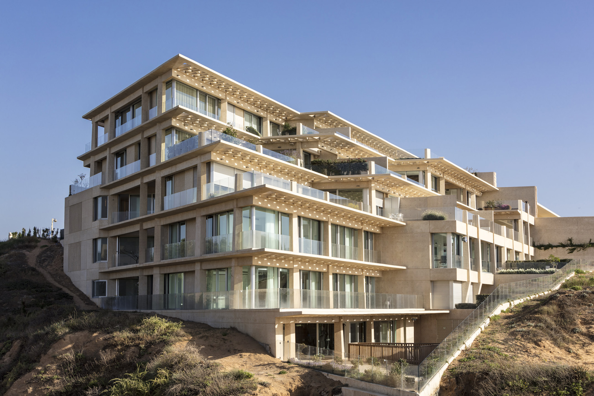 The newly completed Arsuf Residence is located on a cliff overlooking the sea.